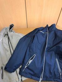 Weiterlesen: Dunkelblaue und graue Jacke