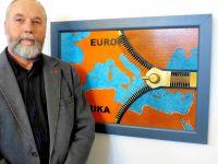 """Weiterlesen: Reißverschluss aus Schrauben symbolisiert """"Flüchtlingsdrama"""""""