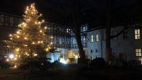 Weiterlesen:  Weihnachtsbaum im Schloss leuchtet wieder