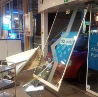 Weiterlesen: Auto kracht in Tankstelle