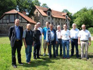Die Delegation der Mühlenvereinigung Niedersachsen-Bremen mit dem Vorsitzenden Rüdiger Heßling (2.v.l.), Gastgeber Volker Puhrsch (r.) und Bürgermeister Dr. Thomas Gans (l.). Im Hintergrund die große Getreidemühle.