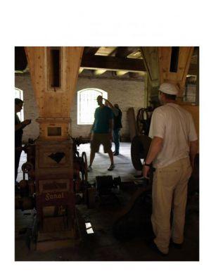 Neugierig gingen die fachkundigen Besucher in der Getreidemühle auf Entdeckungsreise.