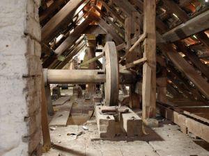 Noch heute ist die Getreidemühle bis unter das Dach mit historischen Maschinen bestückt. Sie alle zu restaurieren würde viel Geld verschlingen. Dazu kommt der enorme Sanierungsbedarf des Gebäudes selbst.