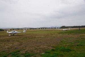 Die Segelflugzeuge können auch durch ein anderes Flugzeug in die Luft geschleppt werden.