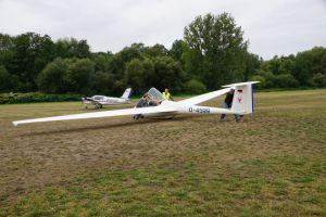 Teamwork: Die Segelflugzeuge müssen nach dem Flug wieder gemeinsam in Position gebracht werden.