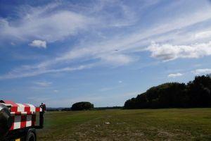 Das Windenfahrzeug zieht einen Flieger in die Luft.