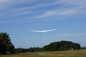 Ein Segelflieger wird mit der Winde in die Luft gebracht.
