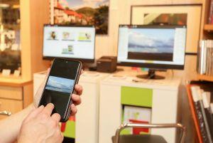 Ob Zuhause vom Sofa aus oder direkt im Fachgeschäft Lindenberg: die Bilder können direkt vom Handy ausgewählt und hochgeladen werden