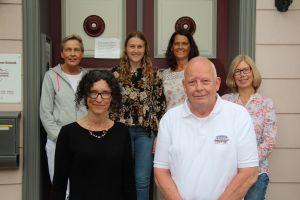 Das Praxisteam: hinten von links: Christine Weinreich, Lena Limberg (studentische Hilfskraft) Heike Limberg, Annette Becker. Vorn die beiden Ärzte.