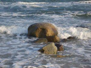 Die Kraft der Gezeiten schleift den Stein rund