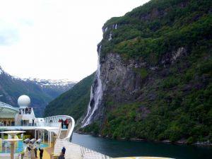 Die Sieben Schwestern  sind sieben nebeneinander liegende Wasserfälle, die in den Geirangerfjord hinabstürzen.