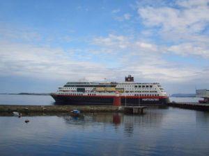Die Trollfjord fährt im Dienst der Hurtigruten Schiffe an der norwegischen Küste im Linienverkehr.