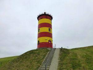 Nah Krummhörn steht der Pilsumer Leuchtturm, eines der Wahrzeichen Ostfrieslands, das besonders durch den Komiker Otto bekannt wurde.