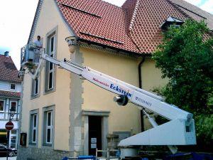 Typischer Einsatz für einen Hublift: Der Dachkasten an der St. Andreas-Kirche wird gestrichen.