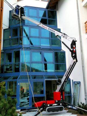 Fassadenreinigung an der Kirchbergklinik mit dem Leo 13 GT. Der kompakte Hublift wurde durch den Eingang der Klinik über den Flur gefahren und auf der anderen Seite wieder durch eine kleine Tür auf die Terrasse hinaus.