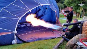 6.23 Uhr: Das Ballonfahr-Team produziert jede Menge heiße Luft.