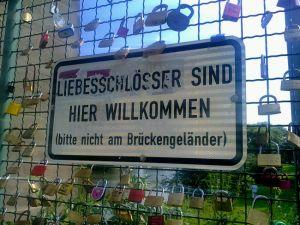 Schlösser würden das Geländer der Kasseler Drahtbrücke über die Fulda beschädigen. Die Stadt hat stattdessen die Tore der Brücke freigegeben. (Foto: Luisa Janssen)