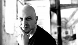 """Kommt das Publikum """"wegen dem Bär"""" oder doch eher seinetwegen: Christian Dolle liest aus seinen Kolumnen. (Foto: Andrea Schrader Glombitza)"""