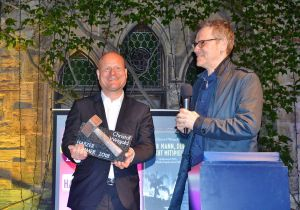 Christof Weigold (links) bekam 2018 von Oliver Bottini den ersten Harzer Hammer überreicht.