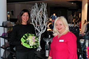 Freuen sich über die gelungene Zusammenarbeit (von links): Heike Kröger vom Modehaus Rudolphi und Susanne Kinne von der Buchhandlung Moller.