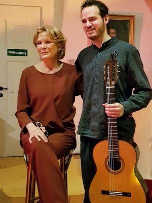 Janette Rauch trat im Februar 2019 erstmals mit persischen Märchen im Rittersaal des Welfenschlosses auf. Begleitet wurde sie vom Gitarristen Gabriel Hernandez-Westphal. (Foto: Förderverein Schloss Herzberg)