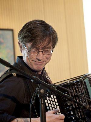 Seine musikalische Sicht auf die Märchen aus der Mongolei und Russland will der Musiker Heiner Frauendorf im Rittersaal des Herzberger Welfenschlosses präsentieren. (Foto: Märchenkosmos)