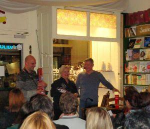 Verlosung (von links): Helfendes Händchen Christian Dolle, Susanne Kinne und Andreas Winkelmann mit den signierten Postern.