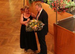 Bürgermeister Dr. Thomas Gans bedankte sich bei der Kulturkreis-Vorsitzenden Renate Dittmar für die Organisation des Eröffnungskonzerts zum Badejubiläum
