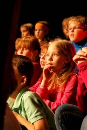 Spannung: Die Kinder waren von den Märchenszenen auf der Bühne fasziniert.