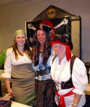 Die Piratinnen vom Stadtmarketing (von links) Janine Schröter, Ute Engelmann und Doralies Baltzer…