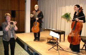 Kulturkreisvorsitzende Renate Dittmar dankt dem Duo für das wunderbare Konzert