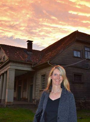 Eva Almstädt vor feurigem Kneippstadt-Himmel.