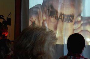 Tatsache! Manch einem, dem Oliver Twist in seinem Leben begegnet, steht die Brutalität mit großen Buchstaben ins Gesicht geschrieben – hier spiegelverkehrt fürs Publikum auf der anderen Seite der Leinwand.