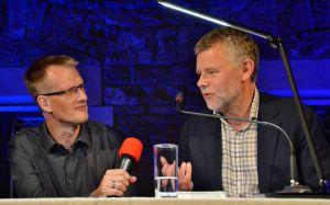 Arne Dahl (rechts) beantwortete die Fragen von Christoph Lampert.