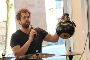 Keine Blumenvase, sondern eine Udu-Trommel: auch musikalisch gab es für die Zuschauer noch etwas zu lernen