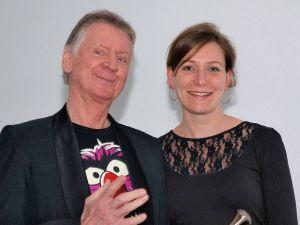 """Dieter """"Mausi"""" Manß ist ebenfalls ein Gründungsmitglied der Mad Maroons. Er freut sich mit Daniela Bartels über den Jubilar."""