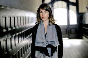 Wird sie einen Polizeiruf absetzen? Schauspielerin Anneke Kim Sarnau übersetzt auf der Mordsharz-Bühne die irische Autorin Olivia Kiernan. (Foto: Christian Hartmann)