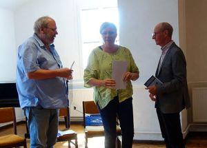Verlagsleiter Alfred Büngen vom Geest Verlag und Renate Maria Riehemann, die den Wettbewerb organisierte, verliehen Hans-Joachim Wildner den Preis.