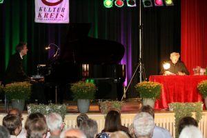 Heimelige Beleuchtung umspielt das Geschehen auf der Bühne