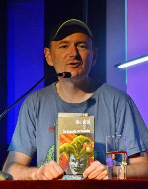 Der Serientäter, der entertaint: Christoph Dittert gehört zum Autoren-Team der Drei-Fragezeichen-Reihe – und irgendwie auch schon fast zum Mordsharz-Team.