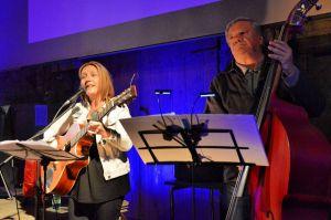 Songs zu Ostfriesenkrimis: Bettina Göschl und Gunnar Peschke präsentierten eine ganz spezielle Musikgattung…