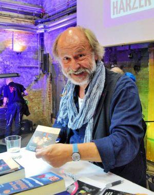 …passend zu den Werken von Klaus-Peter Wolf, der wiederum gerne für seine Fans signierte…