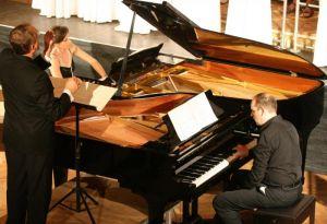 Dirigent Claus-Ulrich Heinke mit dem Pianistenpaar Debora Allenspach und Ole Abraham