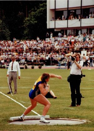 ...in den 80er Jahren (hier 1983 beim Internationalen Sportfest in Fürth) beherrschte sie das Kugelstoßen in Deutschland...