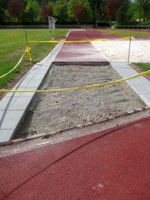 Letzte Baumaßnahmen vor dem Event im Jahnstadion: Die Anlaufbahn für Weit- und Dreisprung wird verlängert...