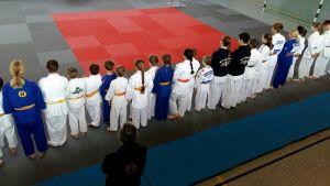 Die Begrüßung der Judoka.