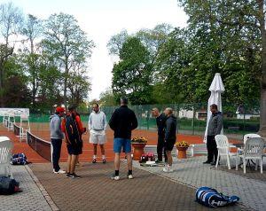 Die Herren 30 bei der Vorbereitung: In der Bildmitte in weiß der an Nr. 1 gesetzte Patric Daske, daneben Mannschaftsführer Timo Fröhlich (rote Kappe).