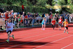 ...in beiden Kategorien spurteten die Kinder der Bad Lauterberger Grundschule am Hausberg zum Sieg.