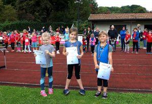 Kontaktlos, aber natürlich trotzdem nicht ohne Urkunden und Medaillen: Siegerehrung für die jüngsten Teilnehmerinnen in der W 06, (von links) Ava Köster (TSV Schwiegershausen), Aliya Kemmling und Katelin Hesz (beide MTV Gittelde).