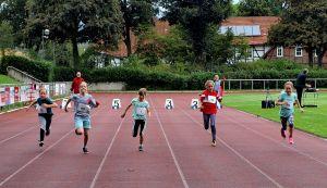 Die weiblichen Kinder U 10 beim 50-Meter-Sprint.